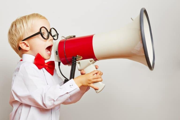 Kind mit Bille ruft laut in ein Megafon