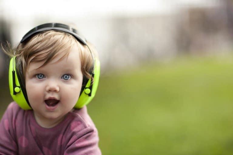 Baby mit Gehörschutz