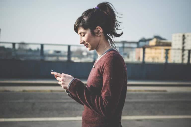 Junge Frau benutzt ihr Smartphone
