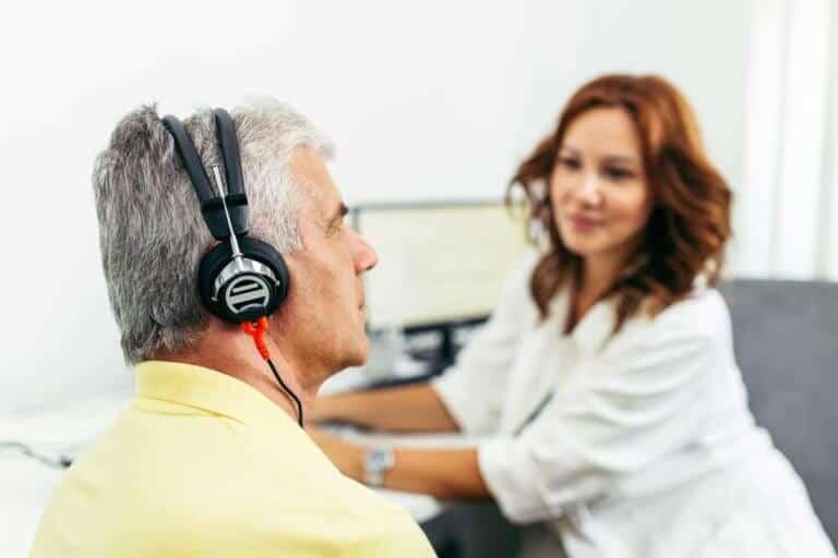 Hörgeräteträger erhält ein Gehörtraining beim Hörgeräteakustiker