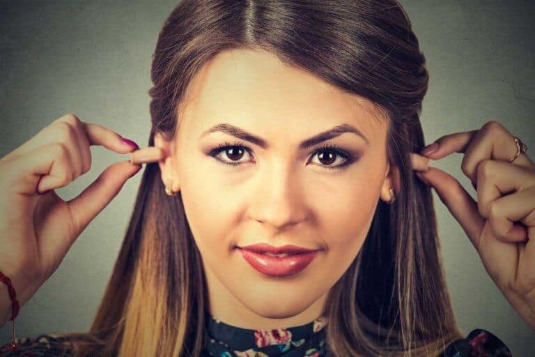 Junge Frau nutzt Ohrenstöpsel