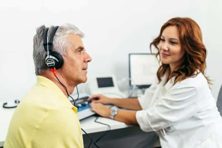 Mann beim Hörgeräteakustiker