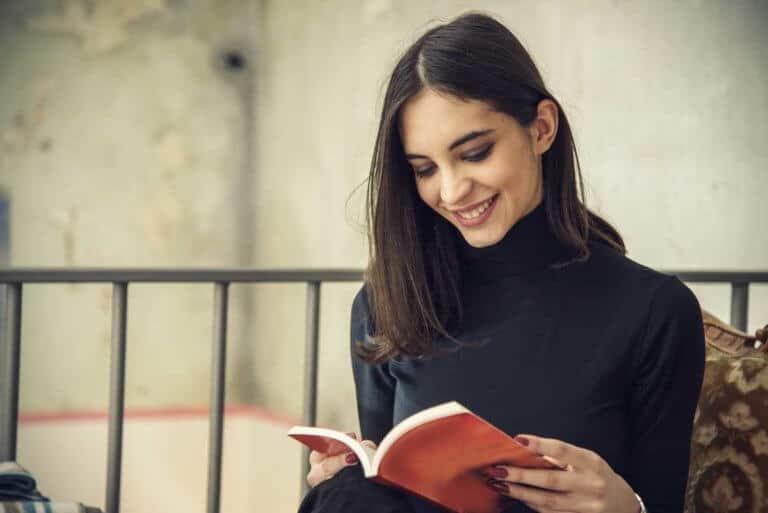 Junge Frau liest ein Buch.
